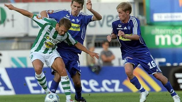 Tomáš Hořava (uprostřed) bojuje o míč