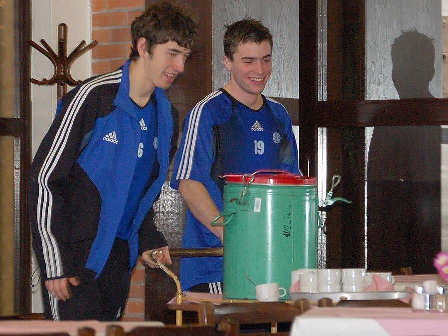 Bažanti týmu Tomáš Hořava (vlevo) a Radim Nepožitek zařizují spoluhráčům pitný režim.