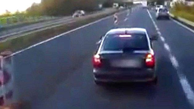 Řidič octavie vybržďoval za Olomoucí v zúženém úseku dálnice kamion