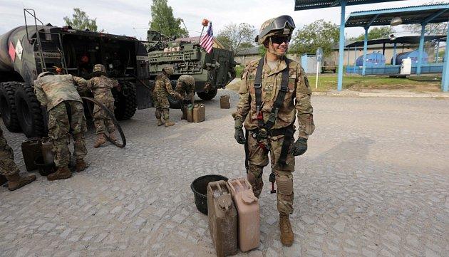 Americký armádní konvoj vpřáslavických kasárnách.