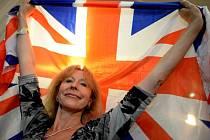 Odpůrci členství Velké Británie v EU slaví. Voliči v referendu rozhodli o odchodu ostrovního království z Evropské unie.