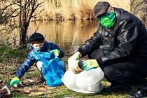 """Tradiční jarní dobrovolnický úklid přírody """"ve velkém"""" letos kvůli mimořádným vládním opatřením neproběhne. Jednotlivci, dvojice nebo rodiny se však mohou zapojit do Rouškového úklidu."""