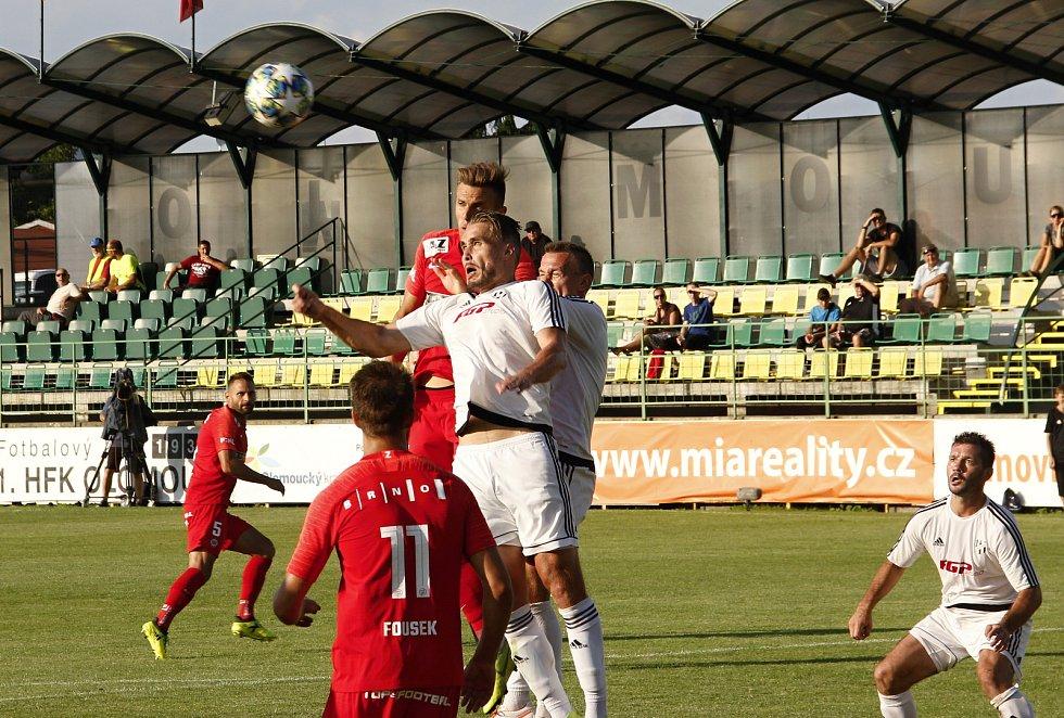 Fotbalisté HFK Olomouc (v bílém) prohráli v 1. kole MOL Cupu se Zbrojovkou Brno 0:3.