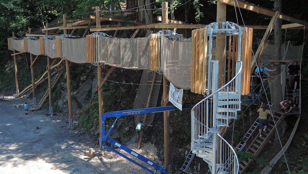 Stavba nové atrakce Kamzíkova stezka v Parku Sportu Hrubá Voda.