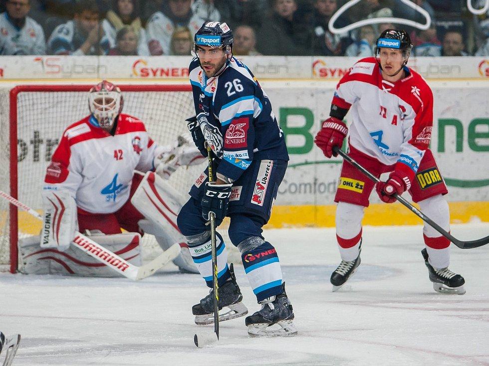 Bílí Tygři Liberec proti HC Olomouc. V modrém Petr Jelínek.
