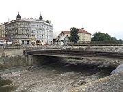 Na most v ulici Komenského už najíždějí bagry, v příštích dnech půjde k zemi.