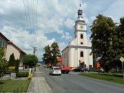 Štarnovem projíždí auto za autem. Po uzavření mostu Komenského v Olomouci zatěžuje obec ležící na alternativní trase mezi Olomoucí a Šternberkem doprava ještě více. Někteří řidiči vesnicí uhánějí klidně stovkou.
