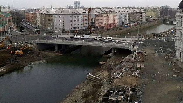Nový most přes Moravu v Komenského ulici (u Bristolu) v Olomouci. V pozadí most na Masarykově třídě. 24. ledna 2020