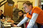 Lídr ČSSD Filip Žáček sleduje neradostné výsledky v olomouckých komunálních volbách