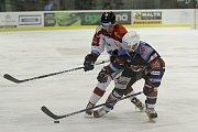 Olomoučtí hokejisté (v bílém) porazili Chomutov 1:0. Petr Mrázek (v bílém).