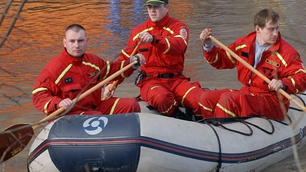 Záchranáři při velké vodě.
