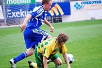 Jan Javůrek (s míčem) útočí
