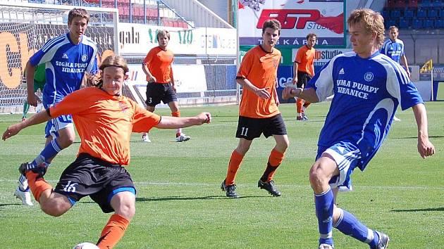 Znojemský Roman Švarc odpaluje míč do bezpečí.