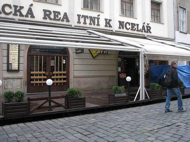 Před vinárnou v Riegrově ulici: místo kde skupina s mačetami napadla hosty podniku