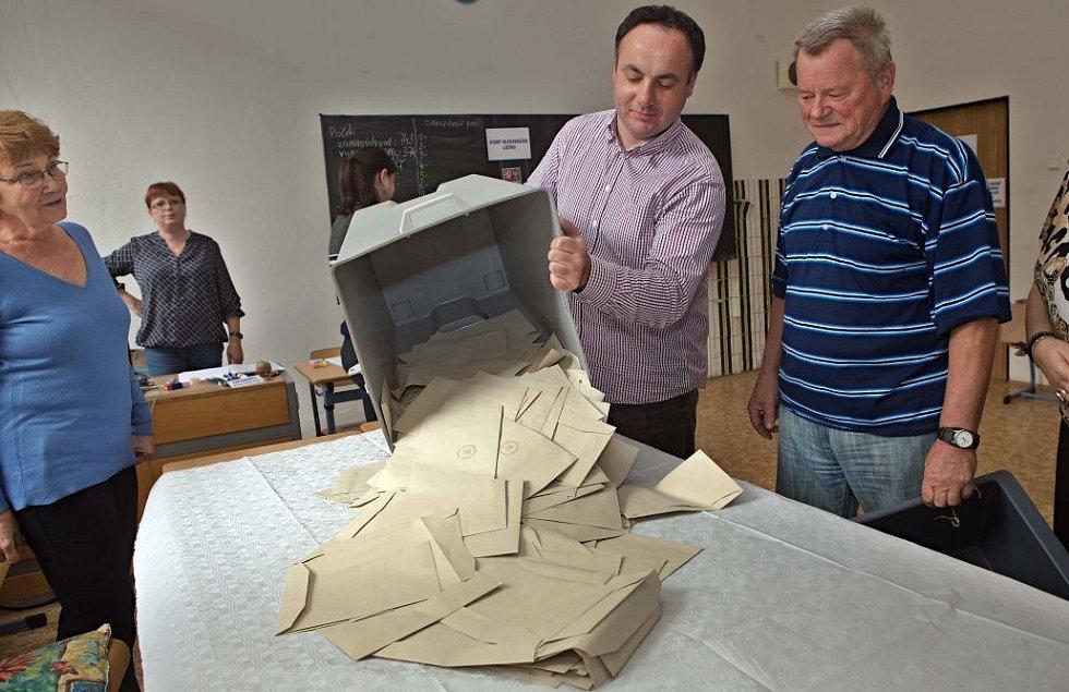Sčítání hlasů na Slovanském gymnázium v Olomouci
