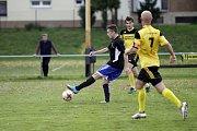 Fotbalisté Nových Sadů (ve žlutém) porazili Kozlovice 3:1Martin Schlehr (u míče)