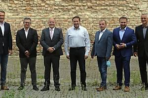 Debata kandidátů na hejtmana (zleva): Radim Fiala (SPD), Ludvík Šulda (KSČM), Ladislav Okleštěk (ANO), Jiří Zemánek (ČSSD a Patrioti), Dalibor Horák (ODS), Marian Jurečka (Koalice pro Olomoucký kraj), Josef Suchánek (Piráti a Starostové)