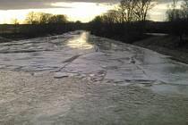 Hasiči v noci odstraňovali vodní laguny z tajícího sněhu a deště