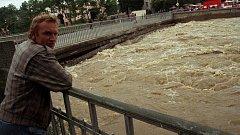 Most v Komenského ulici během povodní v roce 1997