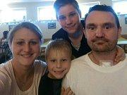 Otec dvou dětí zůstal po mozkové příhodě odkázán na pomoc druhých. Díky štědrým lidem si teď Kamil (vpravo) může dovolit potřebné pomůcky a rehabilitace