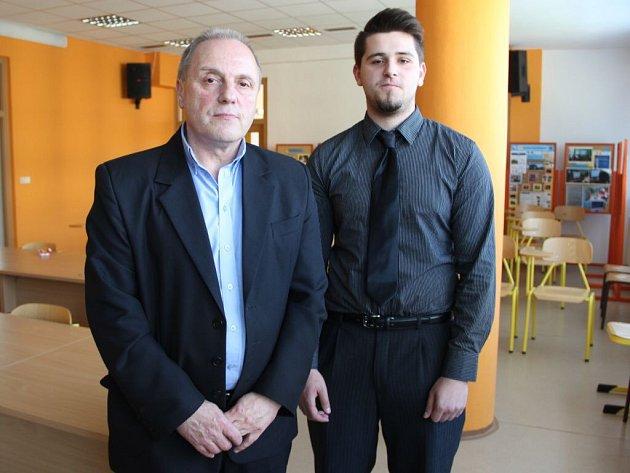 Zleva vedoucí vzdělání a učňovského střediska Milan Martinát a  student Vladimír Štencl