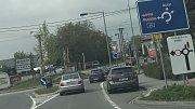 Práce na odbočovacím pruhu u Tovéře poslaly motoristy jedoucí z Olomouce do Šternberka na objížďku vedoucí na Dolany. Na rondelech v obcích je ve špičkách těsno.