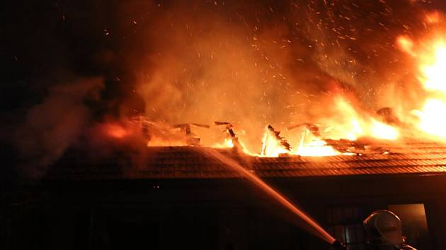 Na Olomoucku vzplála přístavba rodinného domu. Hasičům se podařilo oheň brzy uhasit