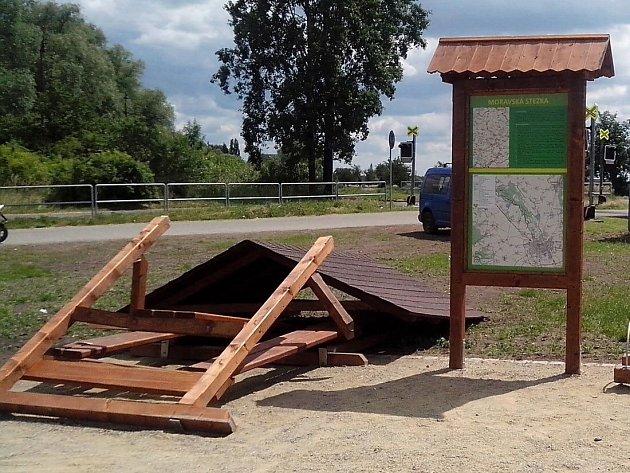 Zázemí u cyklostezky na Poděbradech zdemoloval vandal, záhy po otevření