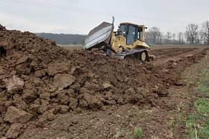 Terénní práce na parcelách v příkazské místní části Hynkov. Vzniknou tam biologické rybníky na čištění odpadních vod.