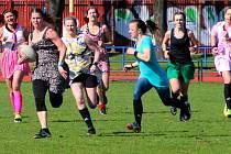 Netradiční sportovní událost v Olomouci, na které si ženské týmy zahrály rugby v šatech či sukních
