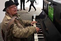 Veřejné piano v průchodu v Denisově ulici v Olomouci