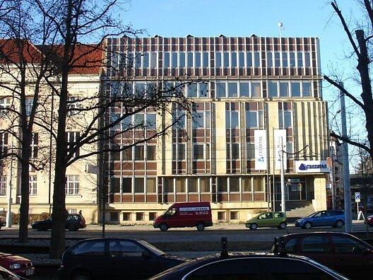 Původní stav rekonstruované budovy Záložny Creditas na třídě Svobody vOlomouci. Přístavba je podle studie J. Nováčka a projektu Dobroslava Koláře a Zdeňka Srovnala.