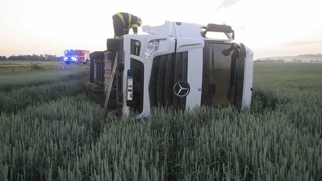 V lánu obilí u Kostelan nad Moravou se kamion položil na bok. Do pole vyteklo 200 litrů nafty