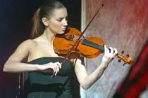 Krásná houslistka.