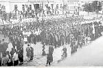 Shromáždění sokolů na vyzdobeném náměstí v Náměšti. Na budově v pozadí visel nápis Vítáme sokolskou mládež.