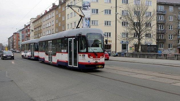 Tramvaj na mostě přes Bystřici v Masarykově ulici v Olomouci