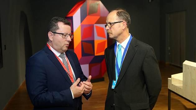 Ministr kultury Antonín Staněk (vlevo) s ředitelem Muzea umění Olomouc Michalem Soukupem