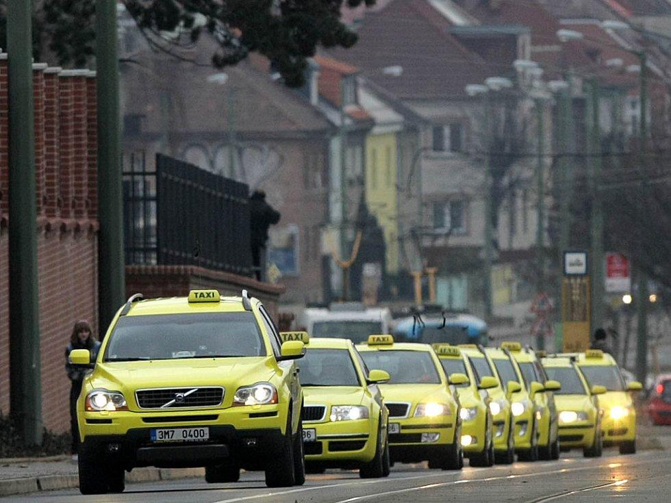 Olomoučtí taxikáři se rozhodli uctít památku svého ubodaného kolegy pietní jízdou.