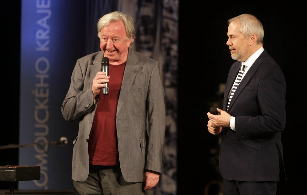 Jiří Lábus a Marek Eben. Předávání Cen Olomouckého kraje za přínos v oblasti kultury 2017 v Městském divadle v Prostějově