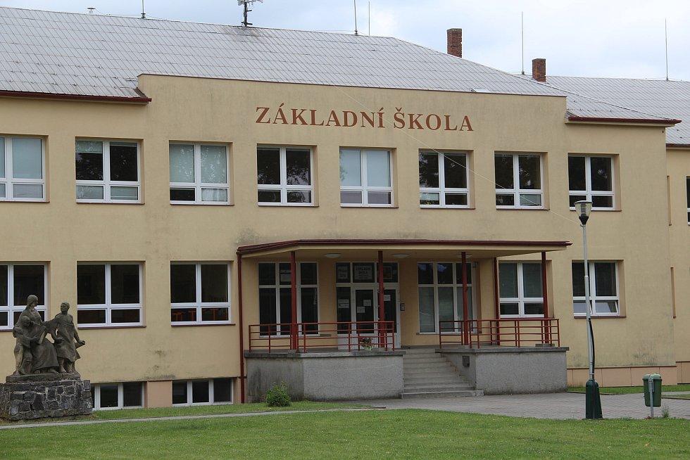 Větší ze školních budov ve Velkém Týnci