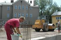 Před střední školou v Pavlovičkách se už vesele staví budoucí supermarket Lidl.