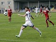 Fotbalisté Uničova porazili Mohelnici (v bílém) 4:0 Jakub Heidenreich