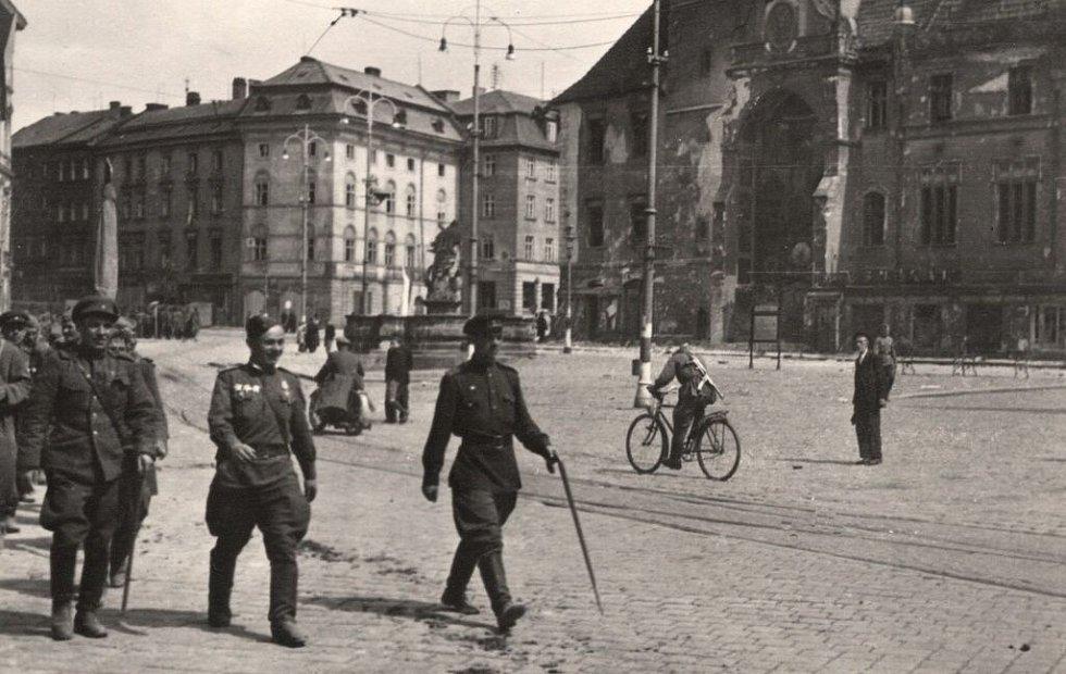 Květen 1945. Sovětští vojáci pochodují po Horním náměstí v Olomouci kolem poničené radnice. Orloj výraznou újmu neutrpěl, přesto byl přebudován v letech 1947-1955.