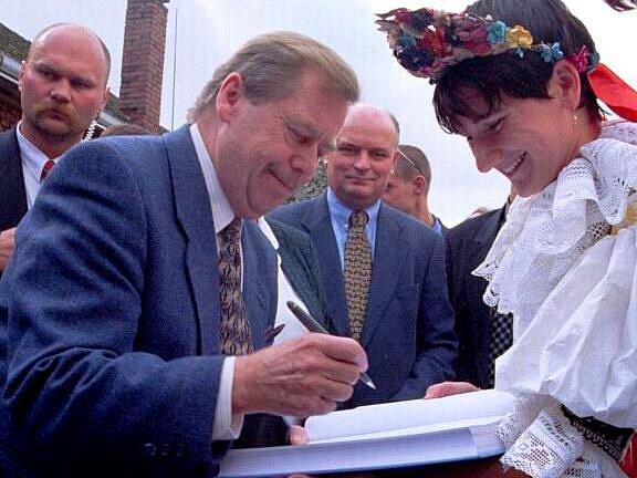 Při návštěvě Bochoře na Přerovsku v roce 1999 se s Havlem přišly pozdravit desítky lidí. Po přivítání jej čekala žena v kroji, která ho obdarovala vdolky, a zpívající děti