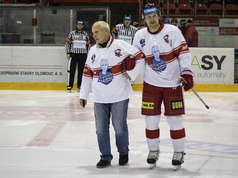 Hokejisté Mory (v bílém) hostili Vítkovice. Slavnostní buly vhodil Karel Dub.