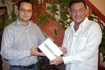 Podnikatel a filantrop Alessandro Alagia (vpravo) věnoval do fotografické soutěže Deníku supermoderní iPad mini. Vlevo šéfredaktor středomoravských Deníků Martin Nevyjel