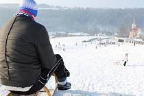 Třeskutý mráz, slunečná obloha a všude bílo. Sobotní den vylákal na svah i do přírody lyžaře, snowboardisty, běžkaře, sáňkaře a všechny, koho baví zimní radovánky.
