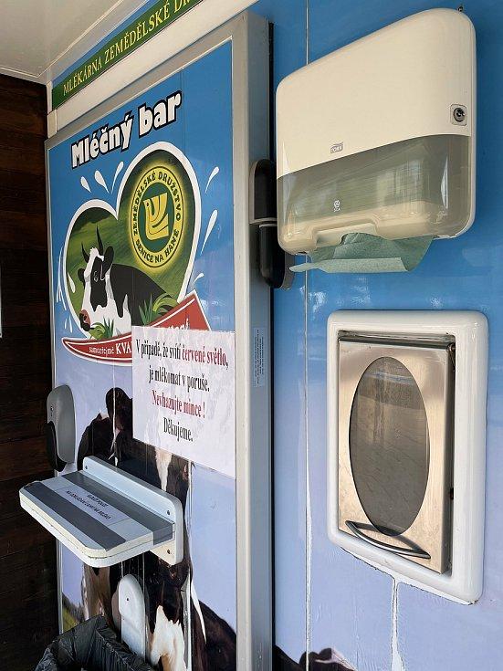 Mlékárna v Náměšti na Hané provozuje mlékomat u nákupního centra Senimo v Olomouci, červen 2021
