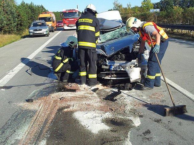 Nehoda mercedesu a kamionu na R35 u Daskabátu