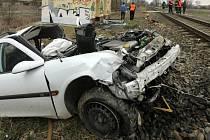 Řidiče smetl z přejezdu vlak.